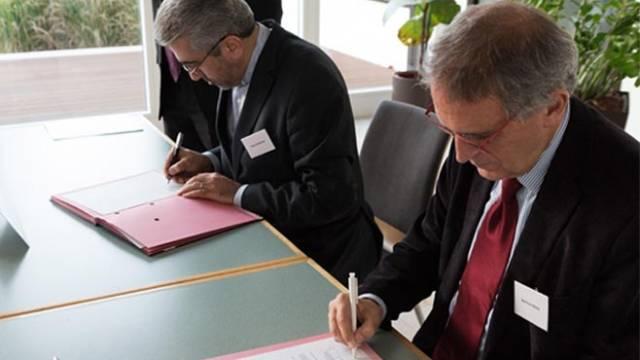 Signing of cooperation agreement by Prof. Reza Ardakanian, Director of UNU-FLORES, and Prof. Bernhard Müller, Director of IOER. (Image: IOER/Sebastian Tramsen)