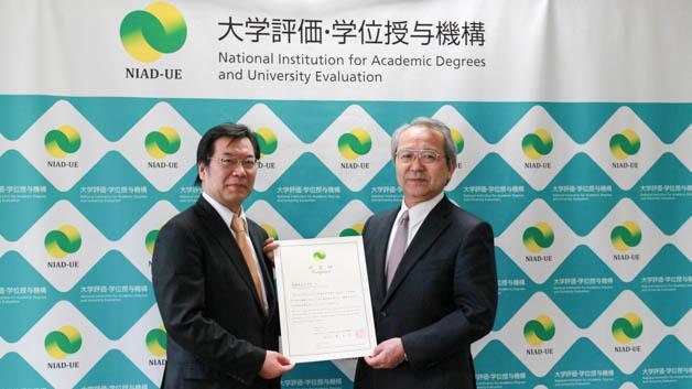 Mr. Tomoyuki Nogami (right; President, NIAD-UE) presenting the accreditation certificate to Dr. Kazuhiko Takemoto (left; Director, UNU-IAS). Photo: H. Ogawa/UNU
