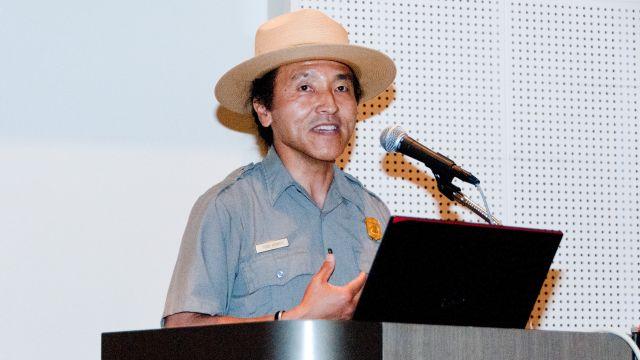 基調講演する、米国立公園局のパークレンジャー、トッド・ヒサイチ氏 Photo: MOEJ