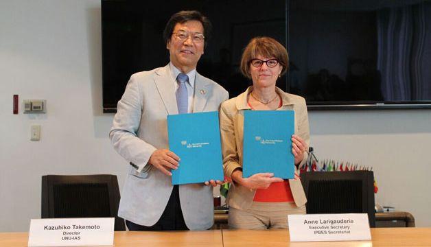 Photo: 協定書に署名した竹本和彦UNU-IAS所長と、アン・ラリゴーデリIPBES事務局長/UNU-IAS