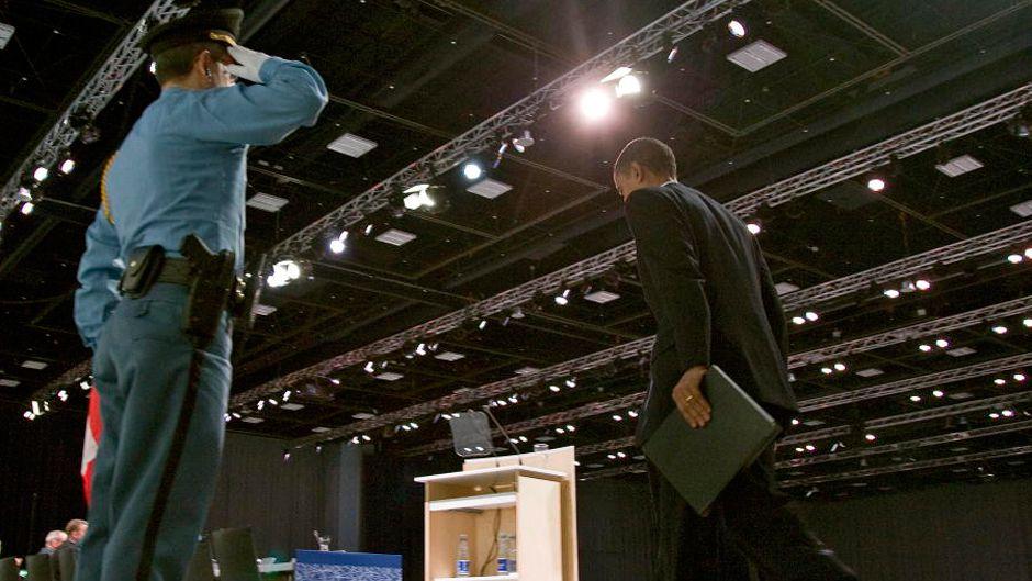 obama walking onstage