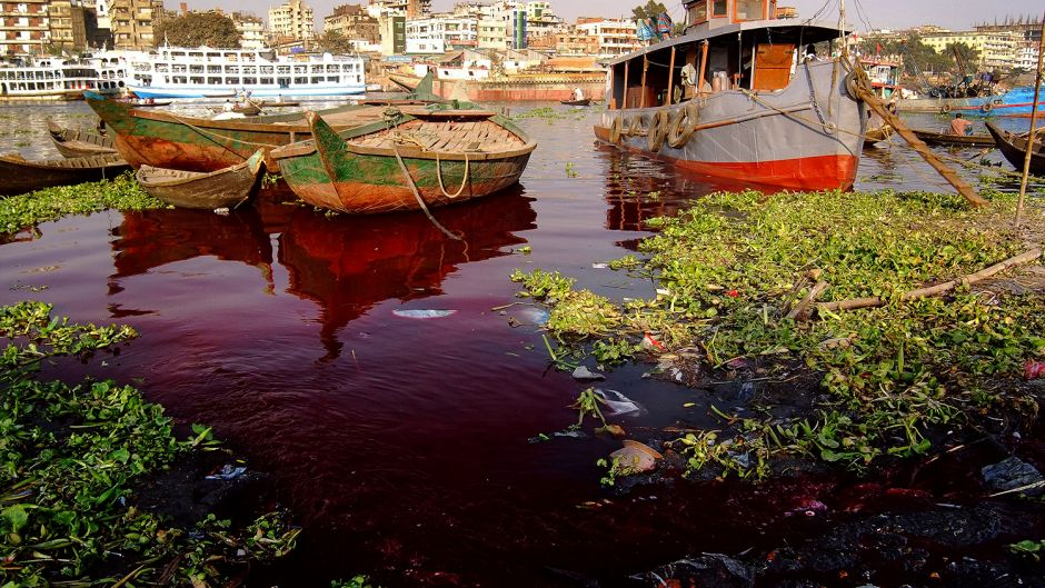 Business as usual in Hazaribagh. The tanneries evacuate 22,000 cubic meters of untreated liquid toxic waste daily into the Buriganga. Photo: Daniel Lanteigne. Creative Commons BY-NC-ND.