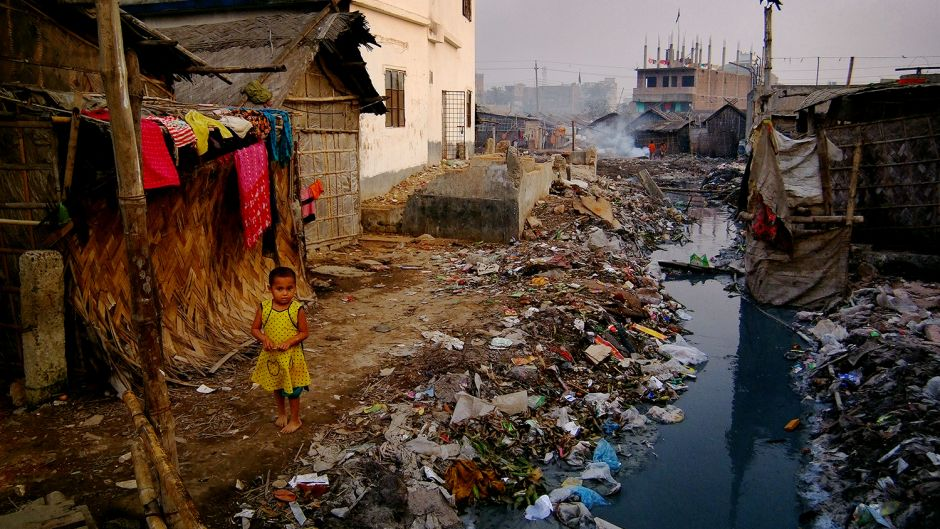A young girl lives and plays next to a brook of tannery wastewater. The fumes released by the chemicals in the water can cause serious health problems. Photo: Daniel Lanteigne. Creative Commons BY-NC-ND.