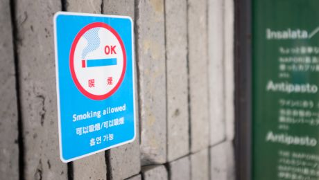 A sign advertising that smoking is allowed at a restaurant in Tokyo, Japan. Photo: © Daniel Powell