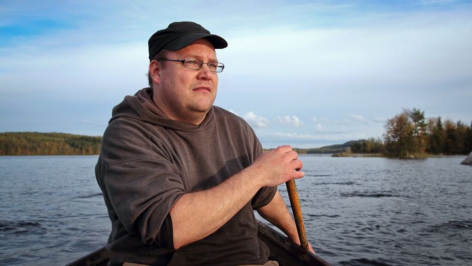 Tero Mustonen paddles across the Ylinen Lake, near his village of Selkie. Photo: © Gleb Raygorodetsky 2012.
