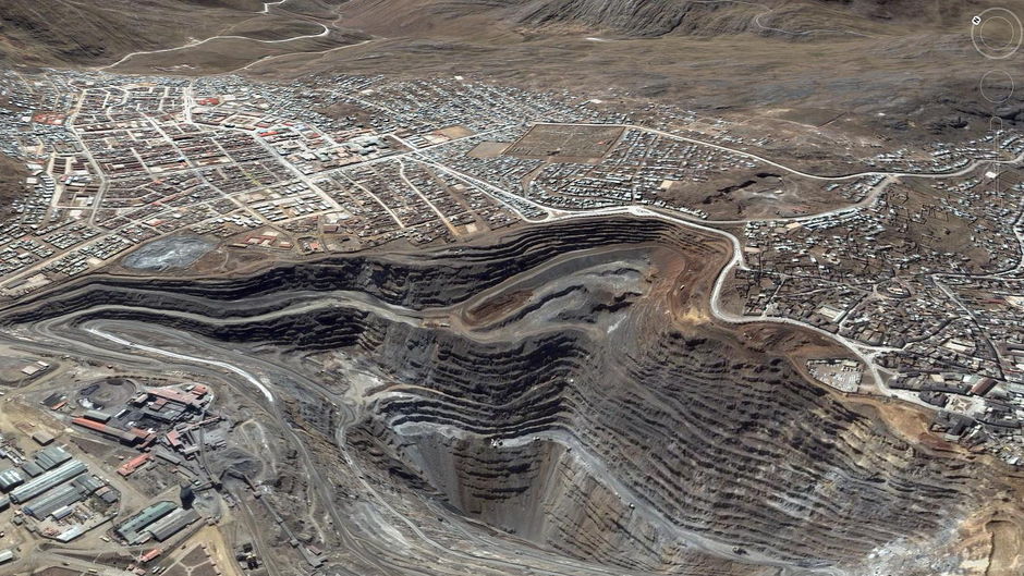 Zinc-lead-silver mine in the middle of the city of Cerro de Pasco, Peru. Photo: SkyTruth. CC BY-NC-SA 2.0 (cropped).