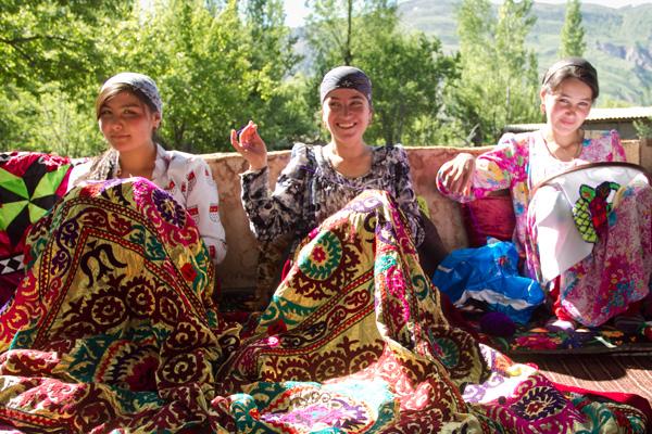 小規模のインフラ改善を推進することで、村の女性たちは羊毛を加工したり服を縫ったりする時間が増え、副収入も増えた。