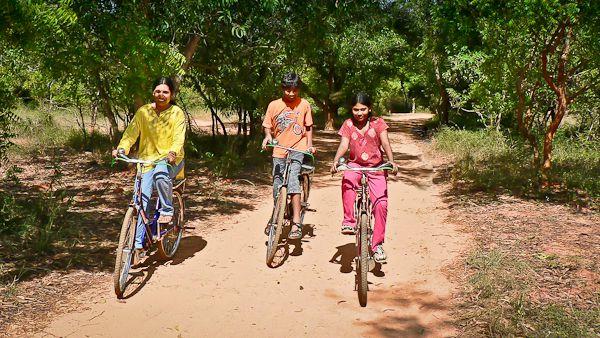 自動車の排気をなくそうとしているオーロビルでは、多くの住民が自転車を使うようになったが、オートバイに乗る人もいる。 写真:パンディヤン