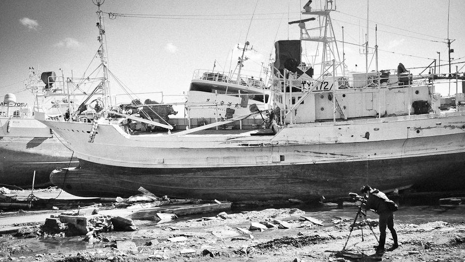 2011年3月11日の津波と地震で大きな被害を受けた気仙沼で撮影を行う村上涼。写真:ブランドかおり/UNU