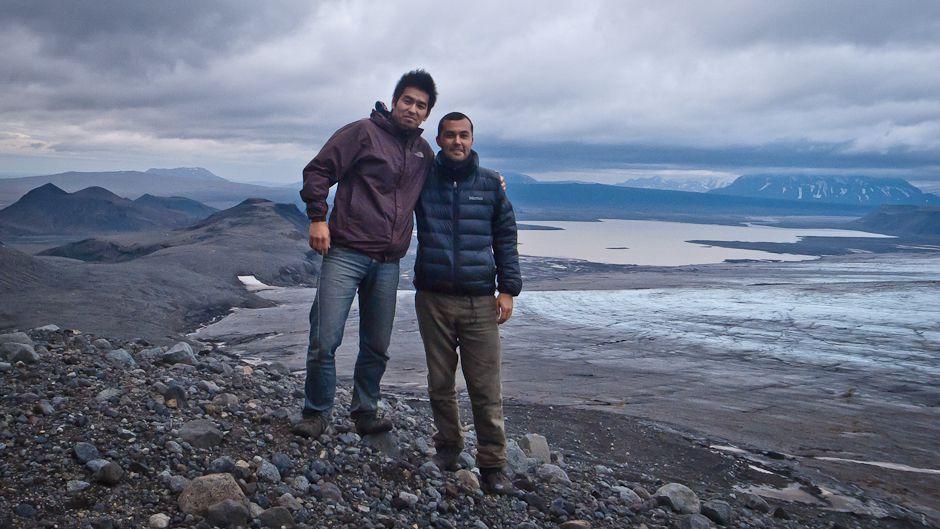 アイスランドでの村上涼とUNUビデオプロデューサーのルイス・パトロン(右端)