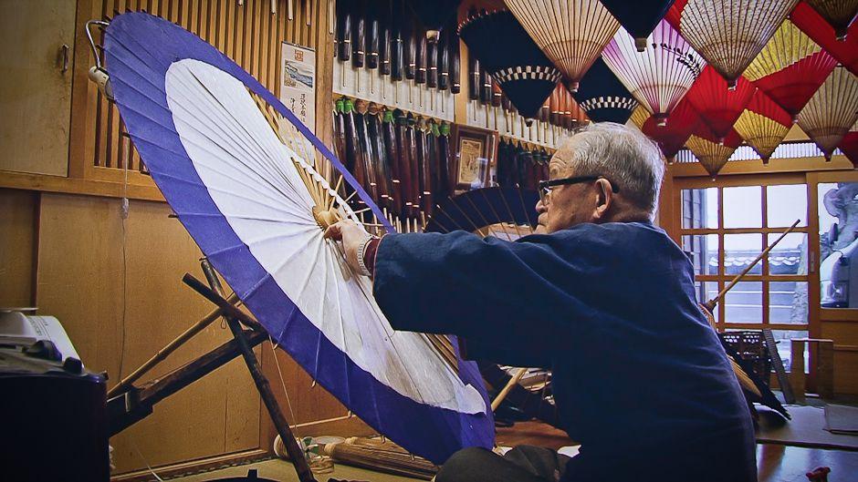 ドキュメンタリー「金沢市の四季 人と自然の物語」より、和傘職人。写真: 村上涼