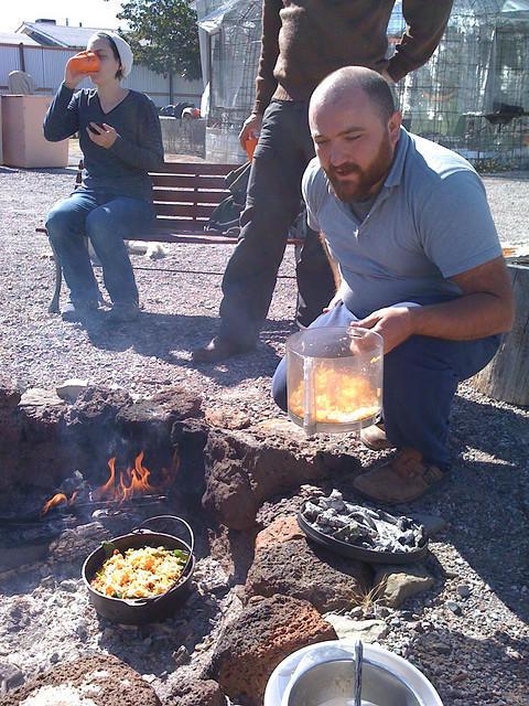 スキルを共有するパーティー:ダッチオーブンを使った料理を習う。写真:ホーリースクラップのご厚意により転載