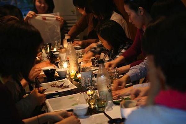 食事のシェアリングを行うZipbobのメンバーたち。写真: Zipbob