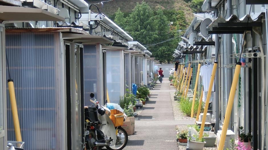 避難民のための仮設住宅。福島県二本松市。Photo: Ana Mosneaga