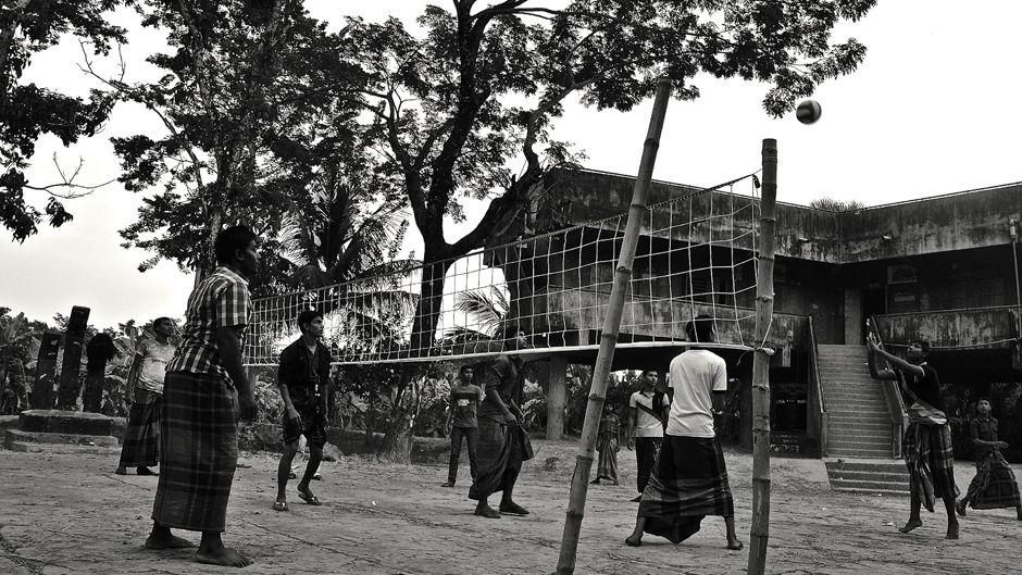 バングラデシュの沿岸研究サイトの1つ、ガブトラで、日没時、サイクロン・シェルターの前でバレーボールをする若い男性グループ。Photo: © Sonja Ayeb-Karlsson. All rights reserved.