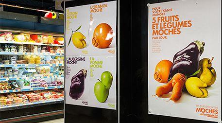 フランスのスーパーマーケットチェーンIntermarchéは、食料廃棄の削減に貢献するため、不恰好な果物や野菜を割引価格で販売し、「誉れなき果物・野菜たち」という店内・メディアキャンペーンを開始した。この取り組みの目的は、見た目の悪い食品を「社会復帰させ、賛美すること」であった。Photo: Marcel Worldwide(Ensiaより)
