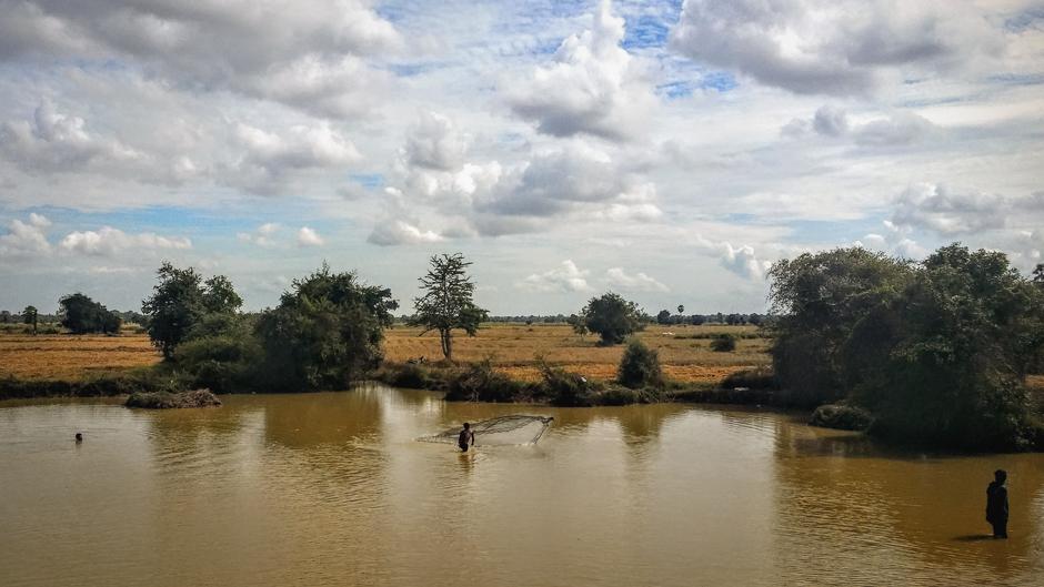 カンボジア北部の乾季には、漁業が生計多様化のひとつの手段である。Photo: William Dunbar/UNU-IAS.