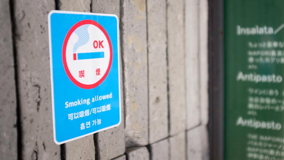 東京のレストランにて、喫煙可の表示。Photo: © Daniel Powell