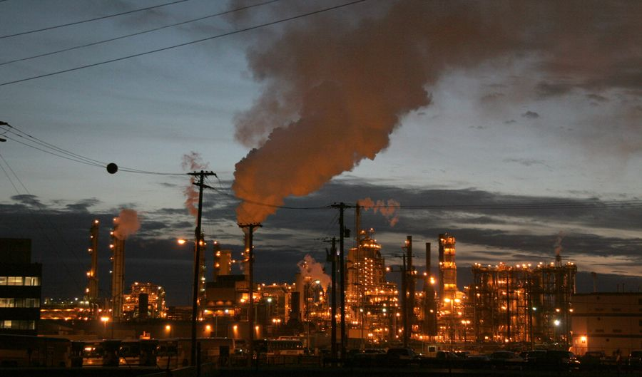 Syncrude's Mildred Lake facility is run 24 hours, seven days a week. ©Greenpeace / Eamon MacMahon.