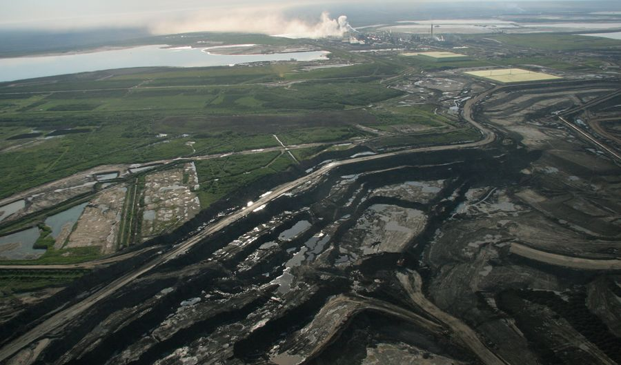An open mine pit in front of Syncrude's Mildred Lake facility. ©Greenpeace / Eamon MacMahon.