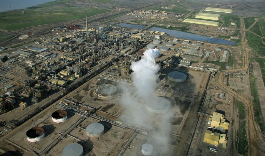 Syncrude's Mildred Lake facility is one of the oldest in operation at the tar sands. ©Greenpeace / Eamon MacMahon.