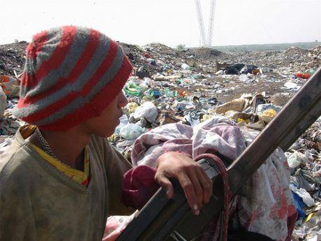 劣悪な環境条件下にもかかわらず、廃品回収業者は過去30年以上もの間、ゴミの山から価値の高い再生資源を収集・販売し、収入を得てきた。写真:グラウコ・ウンベリーノ