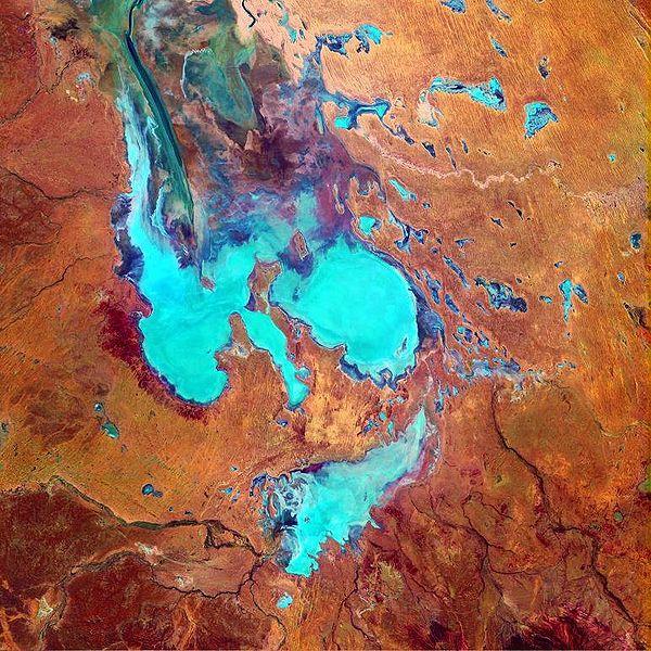 南オーストラリアのエーア湖は、エーア湖盆地における排水の最終地点であり、世界最大の内陸排水システムの1つである。写真:ゴダード宇宙飛行センターのランドサットチームとオーストラリア地上データ受信ステーションチーム。(出所:NASA)