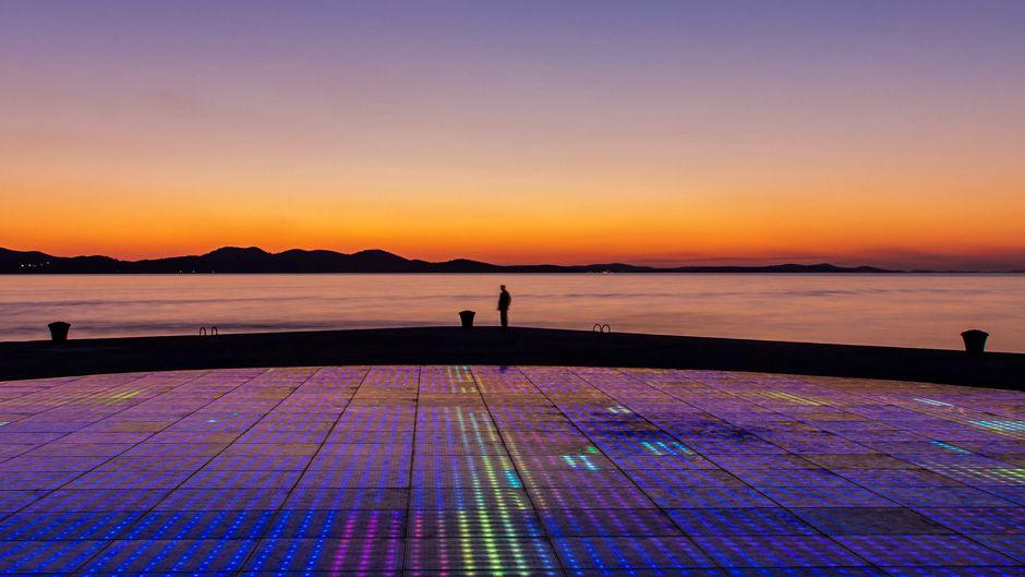 太陽を迎える—ザダル(クロアチア)における太陽光発電によるLEDアート作品。ウォーターフロントの照明にも電力を提供している。