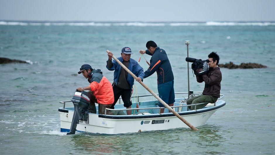 沖縄で撮影する村上涼。写真: © 足袋抜豪
