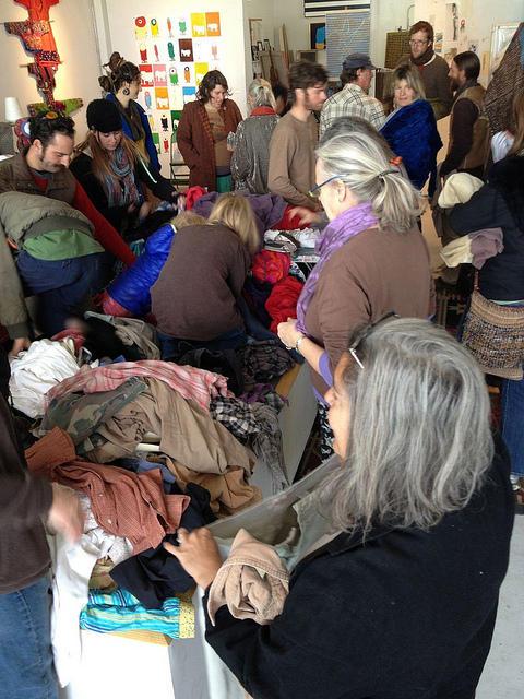 ウェンディは年4回、トゥルース・オア・コンシクエンシーズ(ニューメキシコ州の町)で無料の洋服交換会を開催する。写真:ホーリースクラップのご厚意により転載