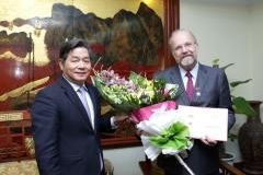 Vietnam Minister of Planning and Investment Bui Quang Vinh gives UNU-WIDER Director Finn Tarp the medal of honour.